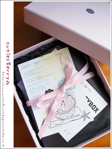 開箱★沁涼一下的粉紅驚喜♥GLOSSYBOX七月禮盒